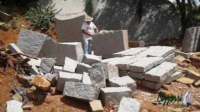Bizzarri garimpando pedras na pedreira. Na foto, escolhendo pedra folheta de granito para execução do banco de pedra no jardim, sendo uma pedra de granito cinza. Gosto de escolher e já imaginar cada banco de pedra que vou fazendo.