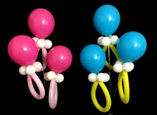 Babynuckel aus blauen und rosa Luftballons.