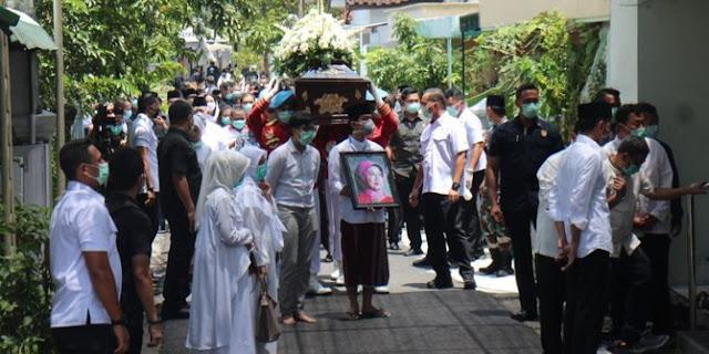 Ibunda Jokowi Dimakamkan Tanpa Prosesi Kenegaraan