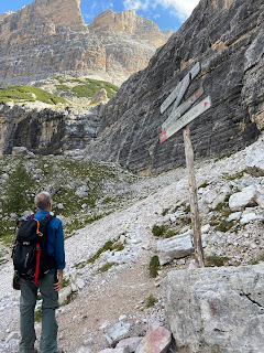 Sign marking 'easy' trail 403 for reaching Rifugio Giussani.