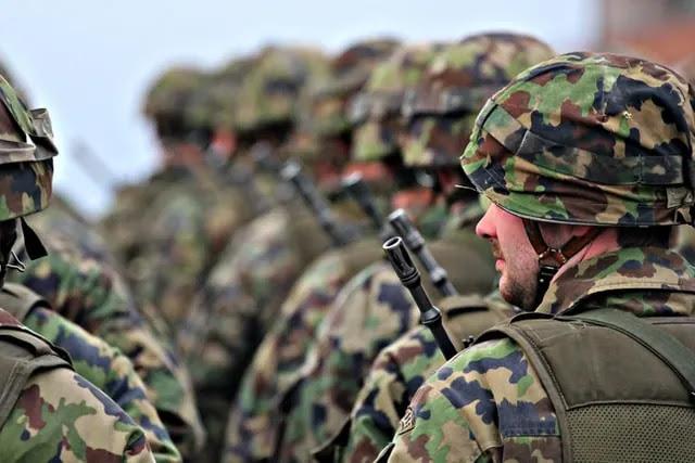 aprende ingles ejercito soldados firmes formando filas