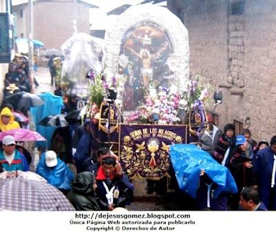Procesión al Señor de los Milagros en Santa Cruz de Andamarca en plena lluvia. Foto de la Procesión al Señor de los Milagros tomada por Jesus Gómez