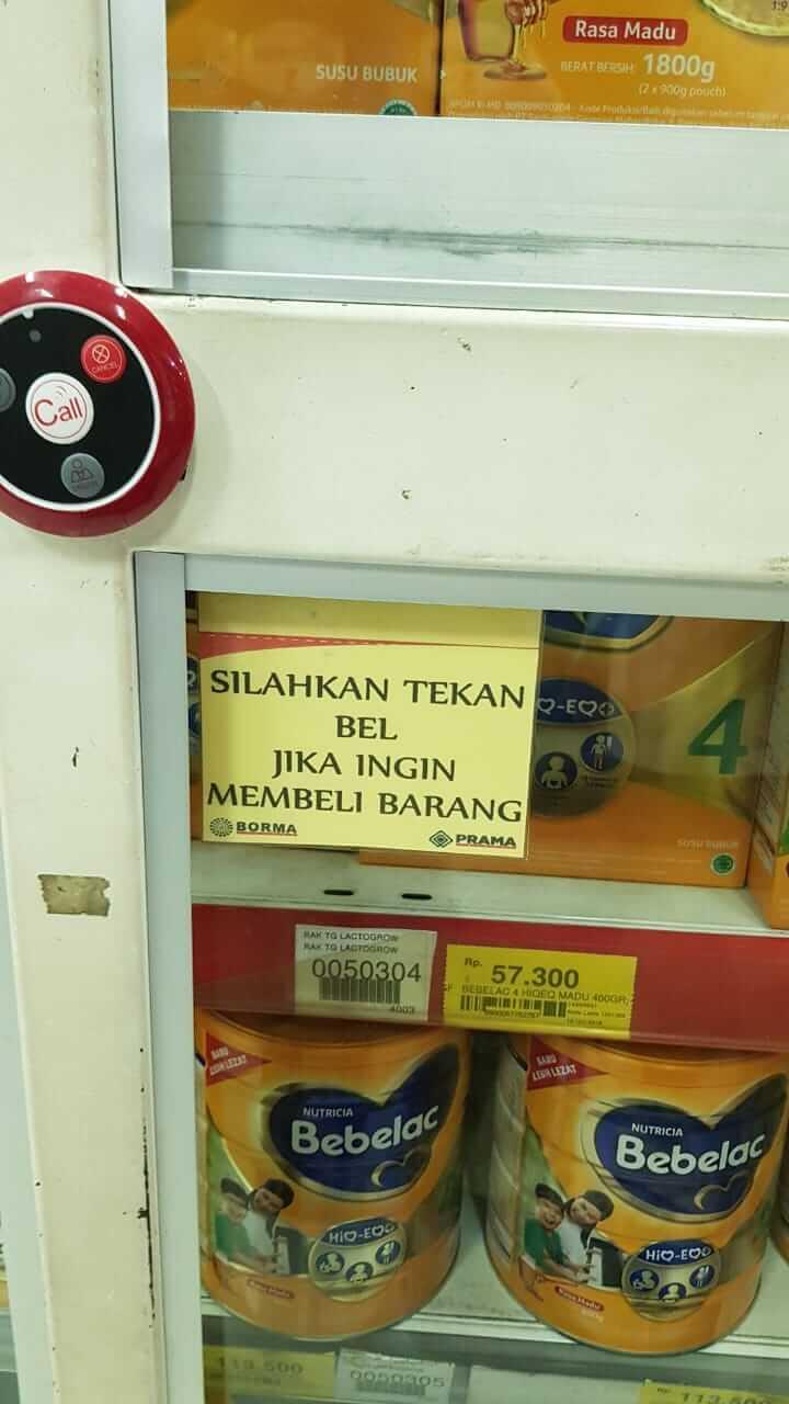 susu kaleng / susu formula terkunci rapat di supermarket Borma