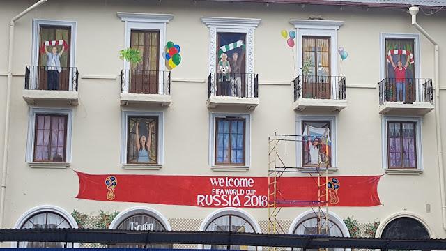 В РФ на фасадах зданий намалевали счастливое население, как будто выглядывающее из окон