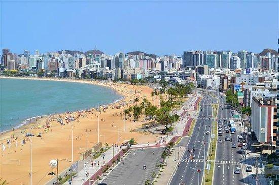 praia de areia amarelada