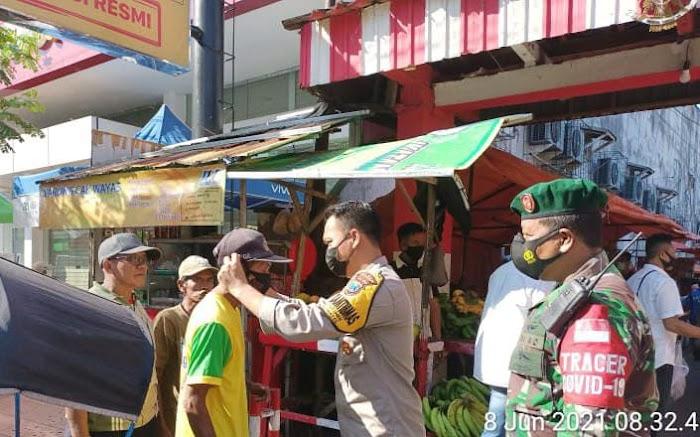 Bhabinkamtibmas dan Babinsa Kepatihan Blusukan kep Pasar Tradisional Untuk Penerapan Prokes