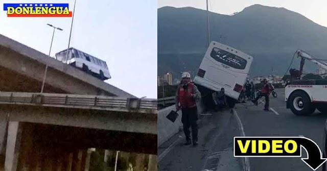 Autobús con pasajeros se montó sobre las defensas de la Valle-Coche