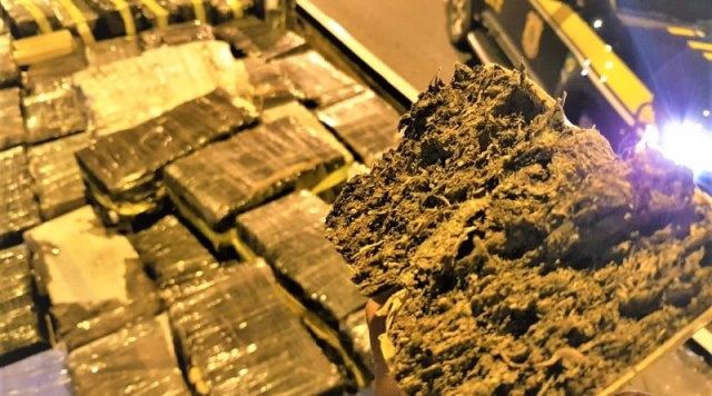 Motorista de caminhão tenta fugir e polícia encontra 1,8 t de droga, em Jequié