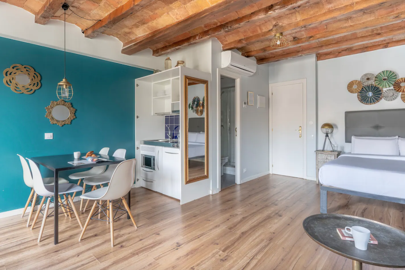 Comedor, cocina, salón y dormitorio de planta abierta