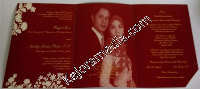 contoh undangan pernikahan warna merah marun