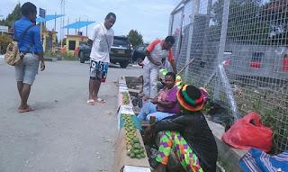 Mama-Mama Papua Terpaksa Berjualan Pinang di Trotoar