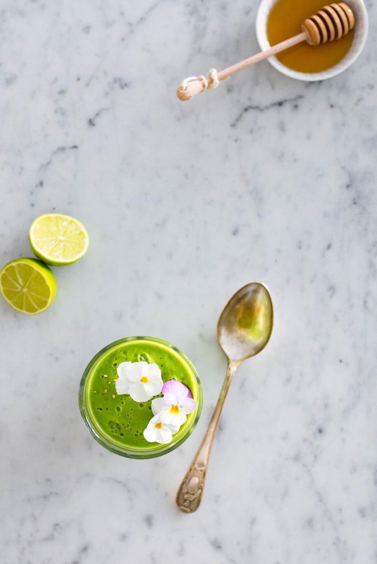 vaso-smoothie-verde-saludable-frutas-verduras-dieta