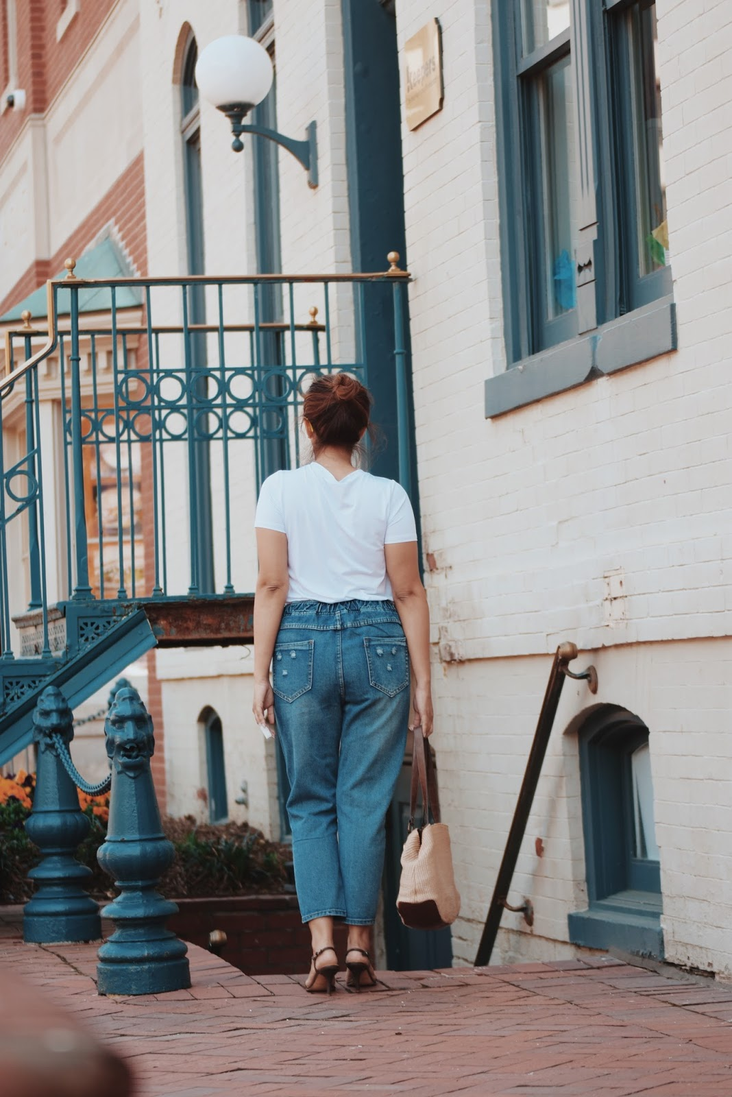Emboridery Mom Jeans by Mari Estilo. Wearing:  Mom Jeans: LightInTheBox  Tshirt: Maysika