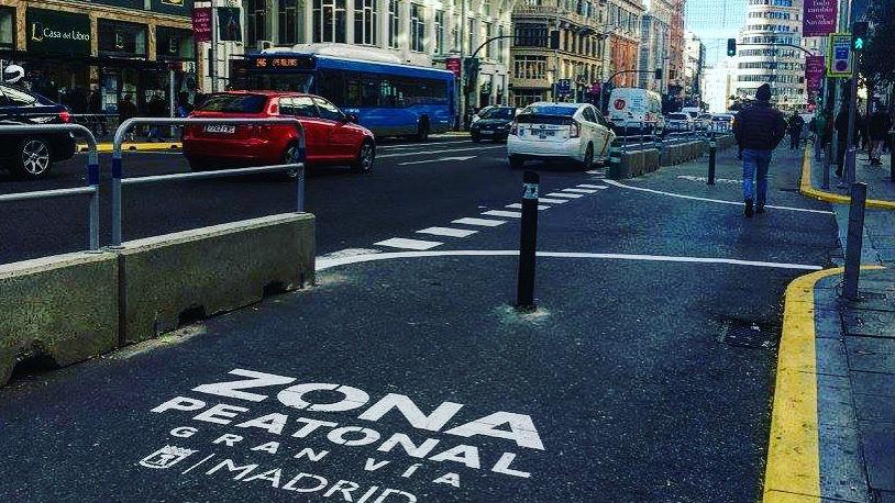 avenida gran via de madrid ahora con senda peatonal más amplia