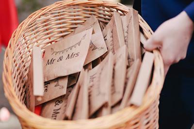 Bolsas para los invitados en una cesta