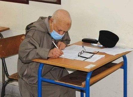 صورة تدعو للفخر لمترشح مغربي لامتحانات الباكالوريا تجوب العالم