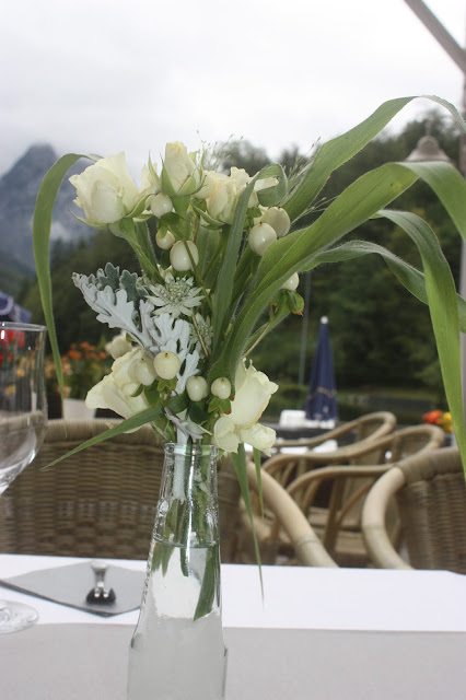 Blumenarrangements in Creme und Graugrün - Elegante puristische Hochzeit in Creme und Silbergrau, Mann und Frau, im Riessersee Hotel Garmisch-Partenkirchen, heiraten in Bayern, wedding in grey and ivory in Germany