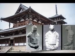 Estatua con forma de figura reptiloide preside uno de los templos mas antiguos de Japon