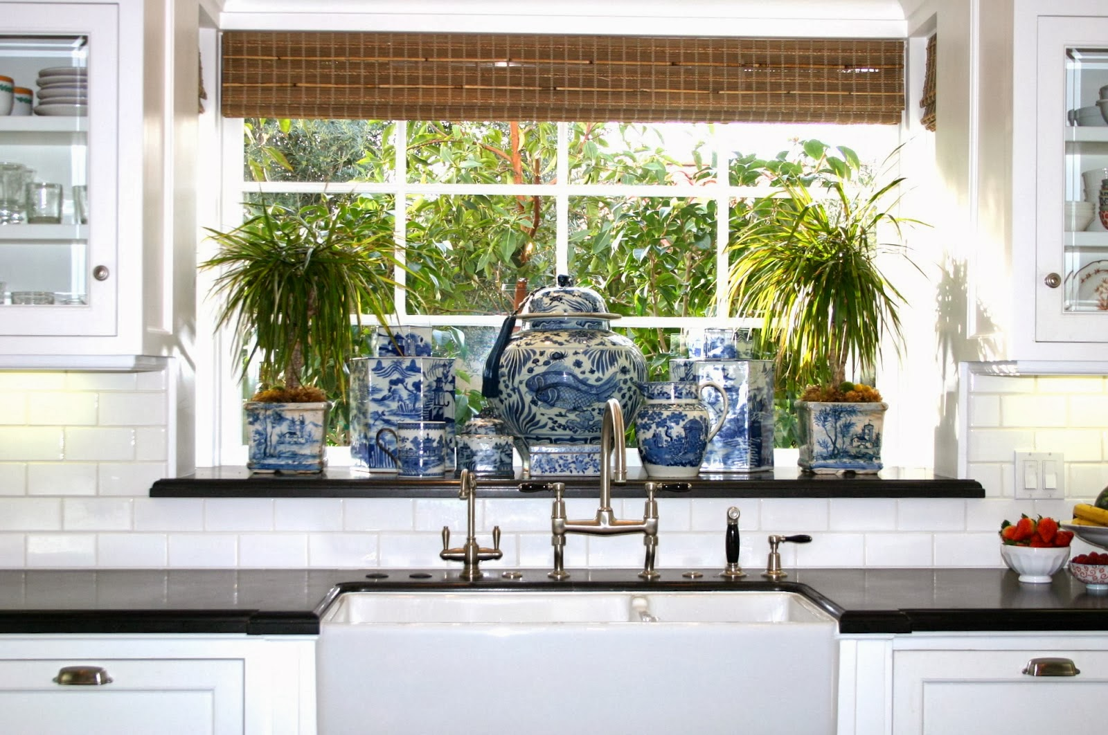 The Glam Pad: 25 Classic White Kitchens with Blue & White ...