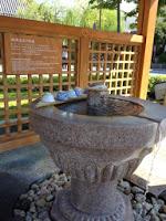 fontana di pietra da cui è possibile bere acqua calda