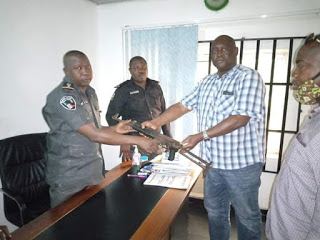An angry Youth snatched riffle from a Policeman for alleged collection of bribe at Akwa ibom/C.river