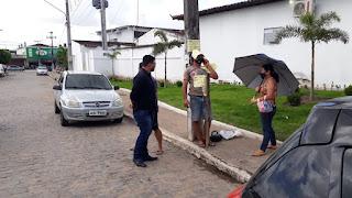 Saúde em crise: Homem se acorrenta em frente ao Hospital Dr. Sá Andrade em Sapé para protestar.