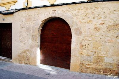 Vivienda con puerta arqueada en cuyos laterales se han encontrado motivos visigodos y que se supone pudo ser un templo