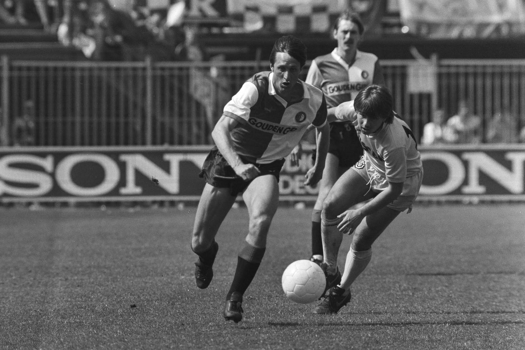 Johan Cruijff in duel met Gert Kruys