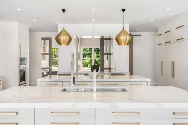 แบบห้องครัวโมเดิร์นโทนสีทองคำ-ขาว