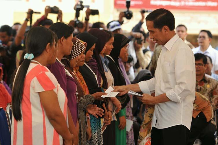 Jokowi bagikan bansos