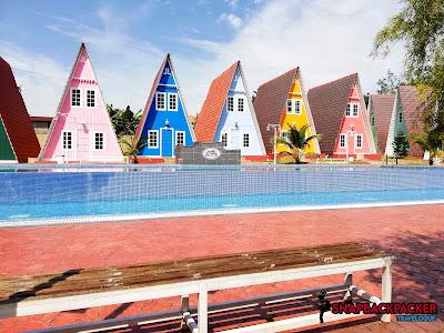 Kolam Mandi Latar Rumah Warna Warni