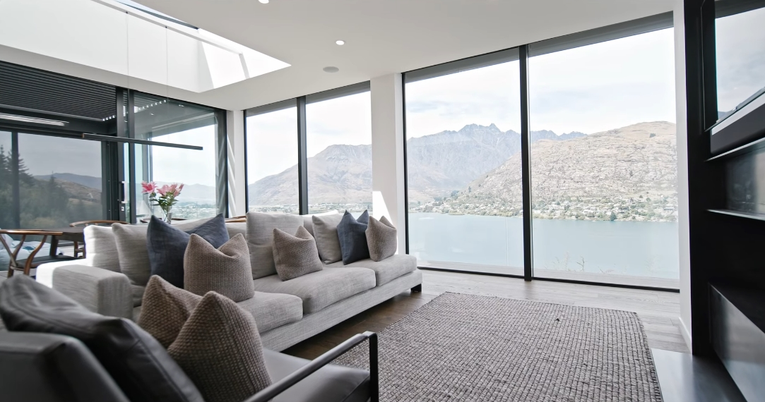 17 Interior Design Photos vs. 1 Highlands Close, Queenstown Luxury Home Tour