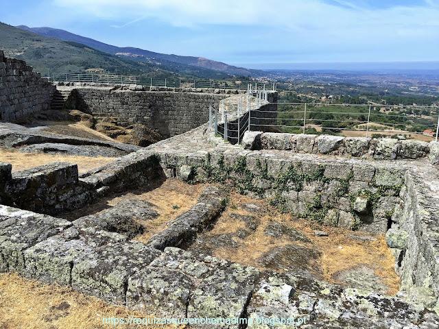Pátio militar em formato triangular do Castelo de Linhares da Beira