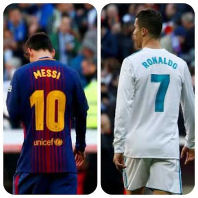 صورة لكريستيانو رونالدو من الخلف يظهر فيها رقمه المميز 7 ومن الجهة الأخري صورة للارجتيني ليونيل ميسي من الخلف يظهر فيها رقمه المميز 10