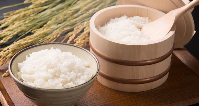 """Việc thu hoạch đầu tiên của lúa trong mùa thu, được gọi là shinmai, hoặc """"lúa mới"""", được coi là có một hương vị hoàn toàn khác so với gạo thu hoạch quanh năm. Nhật Bản thường sẽ nói rằng gạo mới là ẩm ướt hơn, ngọt ngào hơn.    Nấm, khoai lang và hạt dẻ thường được dùng để hấp trong món cơm. Tuy nhiên, khi Nhật Bản vào thu, mọi người lại thích thay thế bằng hạt bạc quả hấp cùng gạo Shinmai mới thu hoạch."""