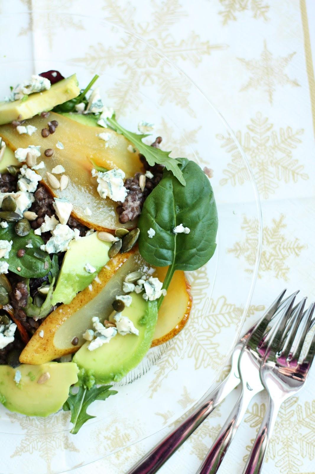 salaatti belugalinssi karamellisoitu päärynä avokado sinihomejuusto mallaspulla