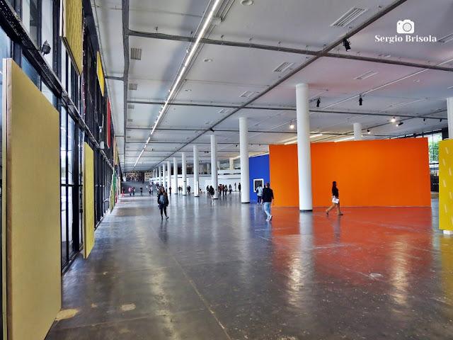 Vista ampla do piso inferior do Pavilhão da Bienal Ibirapuera - São Paulo