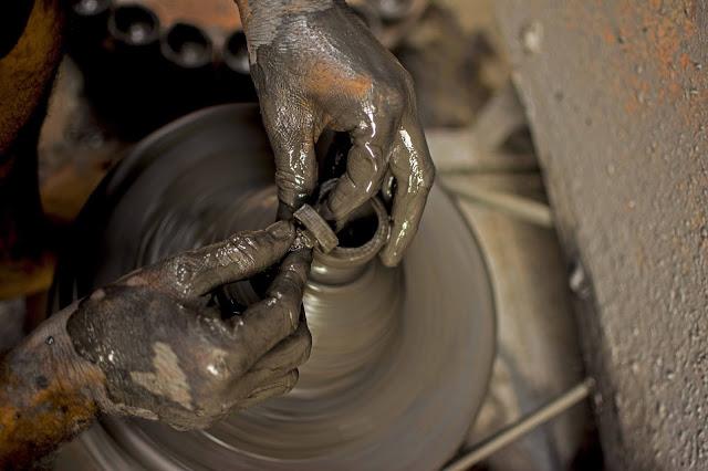 ceramista moldando argila