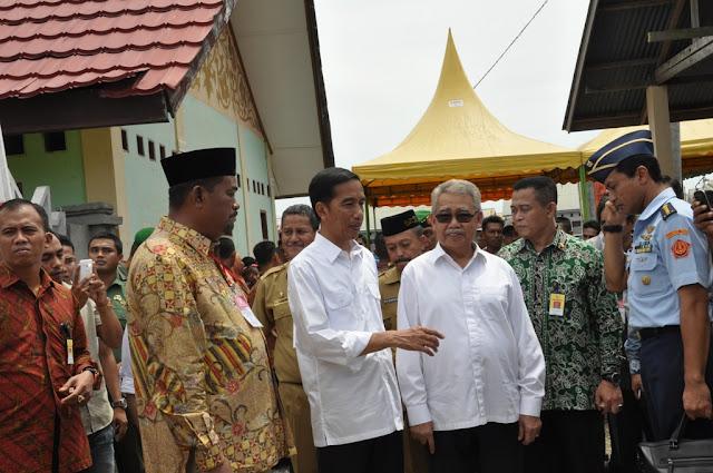Bagi 2.000 Paket Sembako, Jokowi Janji Rp100 Miliar Bangun Irigasi Lhok Guci