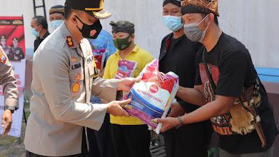 Polres Kediri Distribusikan Bantuan Sosial kepada Masyarakat Terdampak Covid-19 dan PPKM Level 4