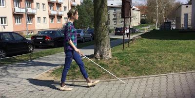 Linda jde po ulici s bílou holí