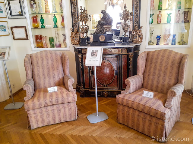 Barış Manço 81300 Müzesi: Cam Vazo Koleksiyonu ve koltuklar...