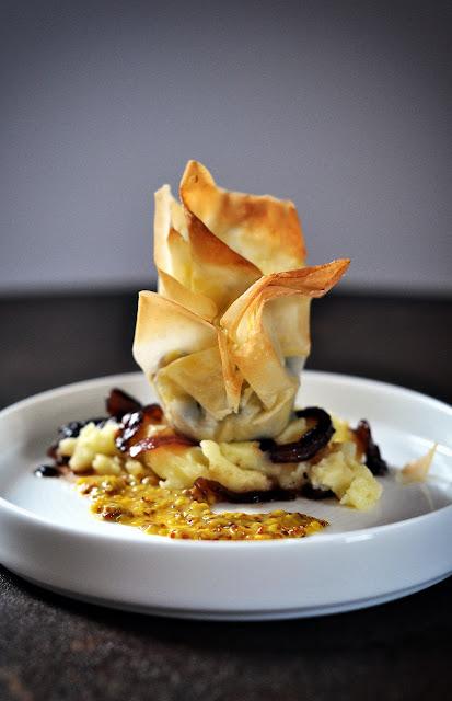 Blutwurst-Praline im Teigmantel auf Kartoffelpüree und Zwiebeln