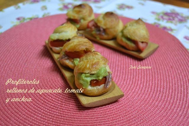 Profiteroles rellenos de aguacate, tomate y anchoa