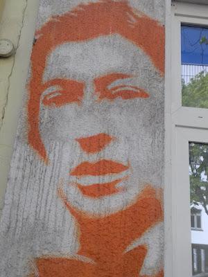 Roter Mann als Fassadenmalerei mit Fenster