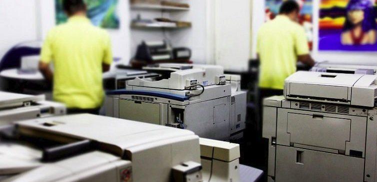 Imagem mostrando o setor de gráfica rápida com várias máquinas.