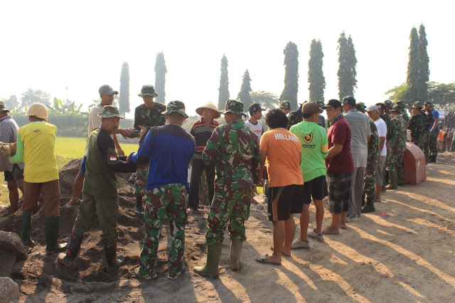 Setiap Harinya Warga Bergabung dengan TNI Untuk Selesaikan Pembuatan Jembatan