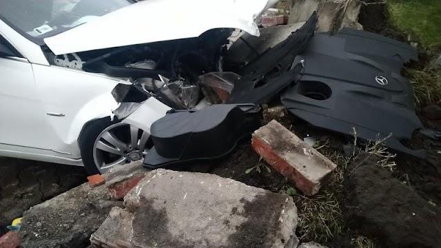 Betonfalnak ütközött egy autó Budapesten, mentő is a helyszínen