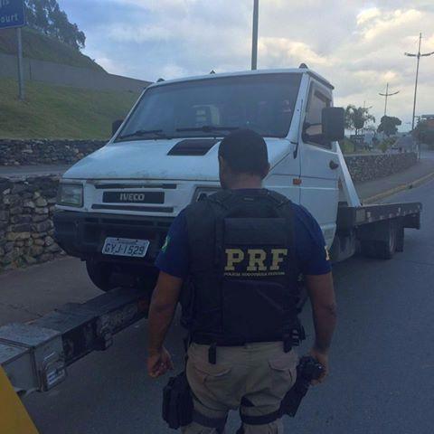PRF recupera caminhão roubado na Régis Bittencourt
