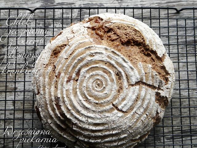 Chleb jęczmienny z serem pleśniowym i kminkiem - Wrześniowa piekarnia - Czytaj więcej »